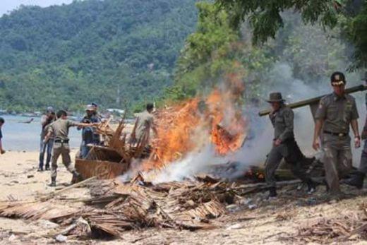 Petugas membawa puing untuk dibakar. (Humas)