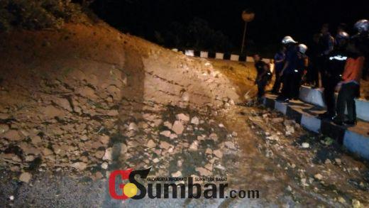 Digoyang Gempa, Jalan Alternatif Kelok Cindua Ngarai Sianok Longsor