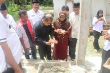 Rumahnya Dibedah, Warga Tapakis Ini Menangis Dihadapan Bupati Ali Mukhni