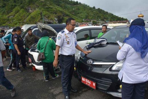 Petugas Dishub Padang manfaatkan periksa mobil dinas. (Humas)