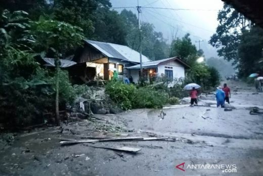 Lima Rumah Warga Tanjungraya Tertimbun Longsor, Akses Jalan Muko-muko ke Maninjau Terganggu