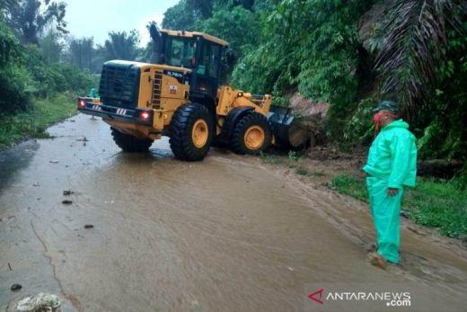 Tanah Longsor Tutup Jalan Provinsi Agam - Padang Pariaman