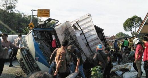 Tabrakan Beruntun di Lintas Bukittinggi - Padang Panjang, 1 Orang Tewas, 3 Rumah Rusak