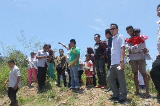 Anggota Komisi II DPRD Padang bersama warga Batu Gadang dan pihak PT Semen Padang meninjau akses jalan menuju lokasi tambang.