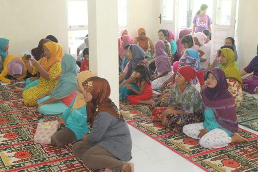 Warga Batu Gadang menyampaikan aspirasinya ke anggota Komisi II DPRD Padang terkait rencana penutupan akses jalan.