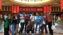 Viral, Foto Diduga Anggota DPRD Limapuluh Kota Pamer Dolar di Depan Kasino Singapura