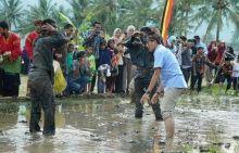 Disuguhi Atraksi Silek Lanyah di Padang Panjang, Sandiaga Pamer Jurus Tepok Jidat