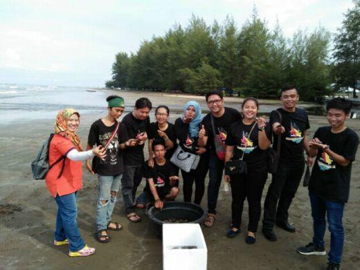 Ratusan Tukik Dilepas Komunitas Reptil Minangkabau di Pantai Air Manis Padang