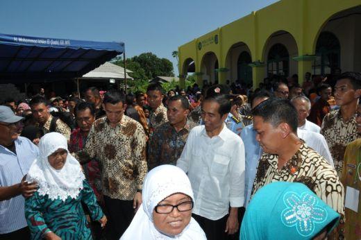 Presiden Jokowi berbaur warga saat blusukan.