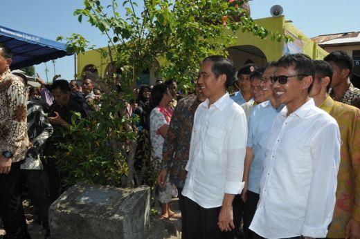 Presiden Jokowi bersama Gubernur Sumbar Irwan Prayitno tersenyum melihat antusias warga.