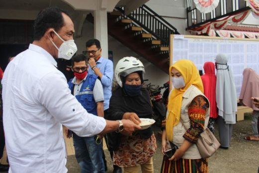 Bupati Solok Serahkan Bantuan 15 Ton 20 Kg Beras untuk Warga Nagari Muaro Paneh Terdampak Covid-19