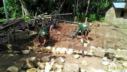 Pra TMMD, Babinsa Kodim 0311/Pesisir Selatan Perbaiki Rumah Warga Miskin