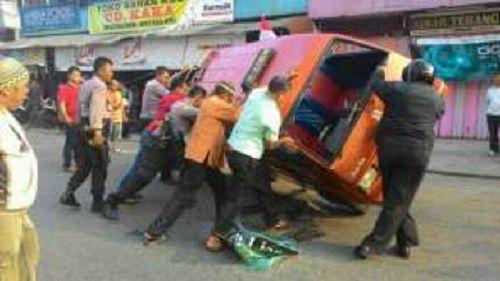 Rumah Makan Minang Salero Bundo Dirusak, Ratusan Massa Mengamuk dan Balikkan Angkot