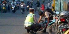 Ini Contoh Polisi Baik, Bantu Anak Sekolah Pasangkan Rantai Sepeda