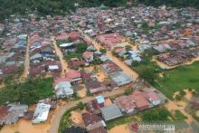 Petugas Gabungan Evakuasi Tujuh Warga di Kawasan Banjir Jondul Rawang