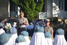 Jadi Inspektur Upacara, Kapolres Cepi Noval Himbau Pelajar Padang Panjang Tak Berkendara ke Sekolah