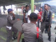 Meski Mendapat Perlawanan, Tim Gabungan Tetap Bongkar Puluhan Kios Pedagang di Pantai Padang