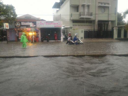 Hujan Lebat Sore Ini membuat Sebagian Kawasan di Kota Padang Terendam Air