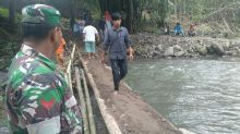 TNI, Warga dan Relawan ACT Bangun Jembatan Darurat di Kayu Tanam, Terbuat dari Bambu dan Kayu