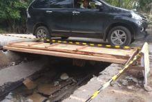 Dispar Padang Koordinasikan Perbaikan Jembatan Menuju Pantai Air Manis
