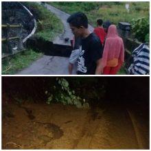 Diguyur Hujan Deras, Jembatan Penghubung Antar Kabupaten di Pasaman Ini Ambruk
