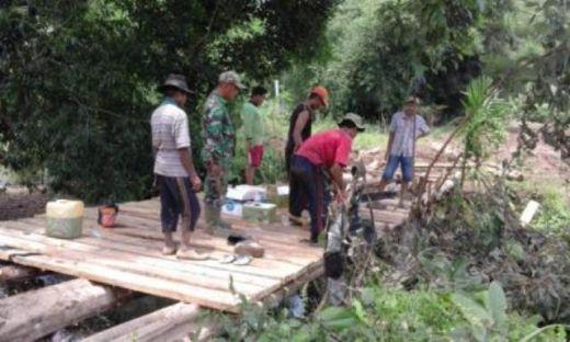 Warga dan Tentara Bergandengan Tangan Bangun Jembatan di Pesisir Selatan