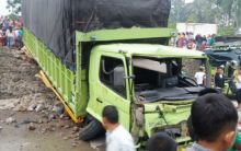 Rem Blong... Truk Pembawa Semen Tabrak 4 Sepeda Motor di Solok, 3 Orang Tewas