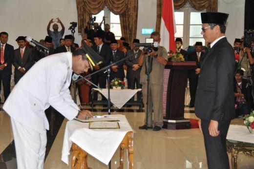 Bupati Irfendi Arbi menandatangani berita acara serah terima disaksikan Gubernur Sumbar Irwan Prayitno.