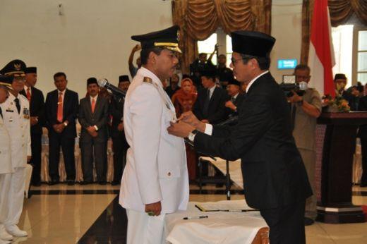 Gubernur Sumbar Irwan Prayitno memasang benggol di dada Bupati Irfendi Arbi.