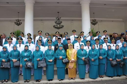12 kepala daerah Foto bersama istri dengan Gubernur dan Wagub Sumbar.