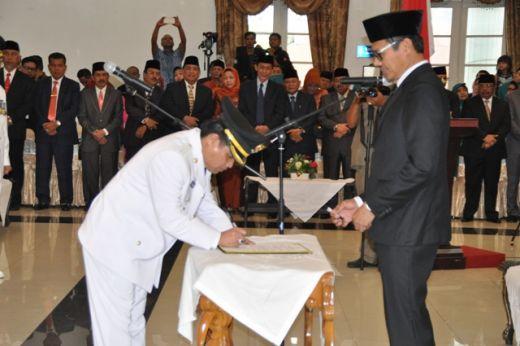Wakil Bupati Ferizal Ridwan menandatangani berita acara pelantikan disaksikan Gubernur Sumbar Irwan Prayitno.