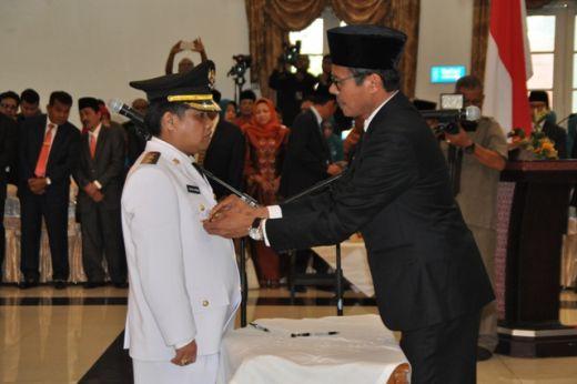 Gubernur Sumbar Irwan Prayitno memasang benggol di dada Wakil Bupati Ferizal Ridwan.