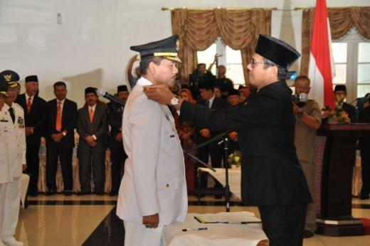 Gubernur Sumbar Irwan Prayitno memasang tanda pangkat di pundak Bupati Irfendi Arbi.