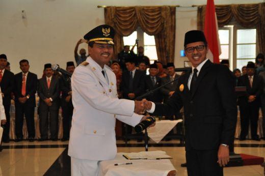 Bupati Irfendi Arbi bersalaman dengan Gubernur Sumbar Irwan Prayitno usai menerima SK Pengangkatan.
