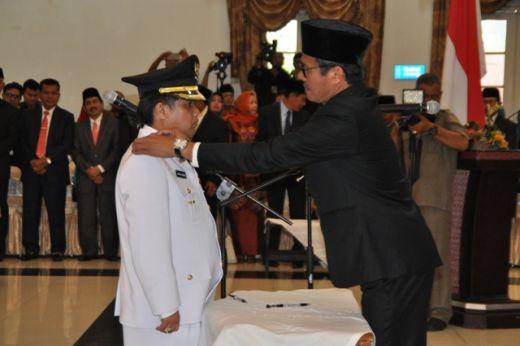 Gubernur Sumbar Irwan Prayitno memasang tanda pangkat di pundak Wakil Bupati Ferizal Ridwan.
