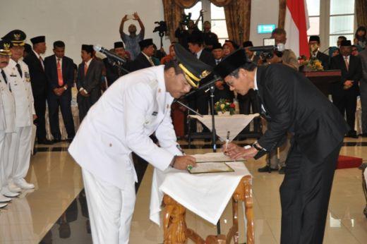 Gubernur Sumbar Irwan Prayitno bersama Bupati Irfendi Arbi menandatangai berita acara pelantikan.