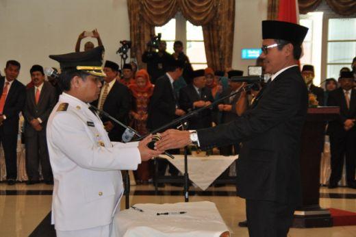 Wakil Bupati Ferizal Ridwan menerima SK pengangkatan dari Gubernur Sumbar Irwan Prayitno.