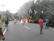 Tabrakan Truk dan Minibus di Manggopoh Agam, Satu Tewas Terbakar