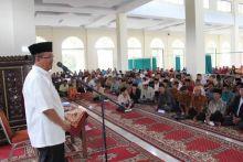 Momen Ramadan, Bupati Solok Serahkan Insensif Bagi Pelaku Keagamaan