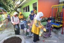 Sampah Plastik Jadi Berkah untuk Biaya Sekolah