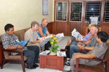 Bule Belanda Ini Terharu Saat Mengunjungi Rumah Masa Kecilnya di Padang