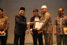 Ampera Salim Dianugerahi Penjaga Bahasa Minang oleh YIRMI Malaysia