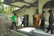aksi-bersih-dinas-pu-dan-damkar-kota-padang-panjang-lakukan-goro-di-musholla-tak-terurus