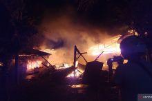 Ditinggal Penghuni, Empat Rumah di Padang Dilalap si Jago Merah