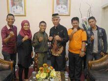 bawa-nama-indonesia-berlaga-di-jepang-petinju-afrizal-tamboresi-pamit-ke-walikota-padang