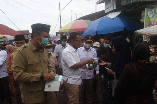 Himbau Patuhi Prokes, Indra Catri Bagikan Masker untuk Pedagang dan Pembeli di Pasar Lasi Agam