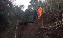 Hujan Lebat, Longsor Timbun Jalan dan Hantam Bangunan Sekolah di Agam