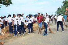 walikota-dan-ratusan-personil-lantamal-ii-bersihkan-puingpuing-bangunan-di-pantai-padang
