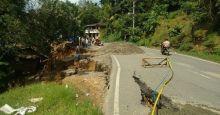 Badan Jalan Retak, Lintas Sumbar-Riau di Kota Alam Tetap Bisa Dilewati, Namun Buka Tutup