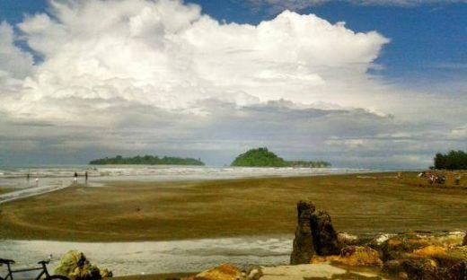 Pengunjung Pantai Air Manis Meningkat, PAD Kota Padang Melonjak